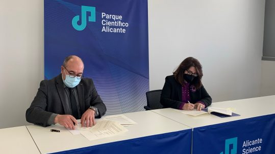 Amparo Navarro, dean of the University of Alicante (UA) and president of the Alicante Science Park Foundation (PCA) and Pablo Escribá, CEO of Laminar Pharmaceuticals, signing the contract.