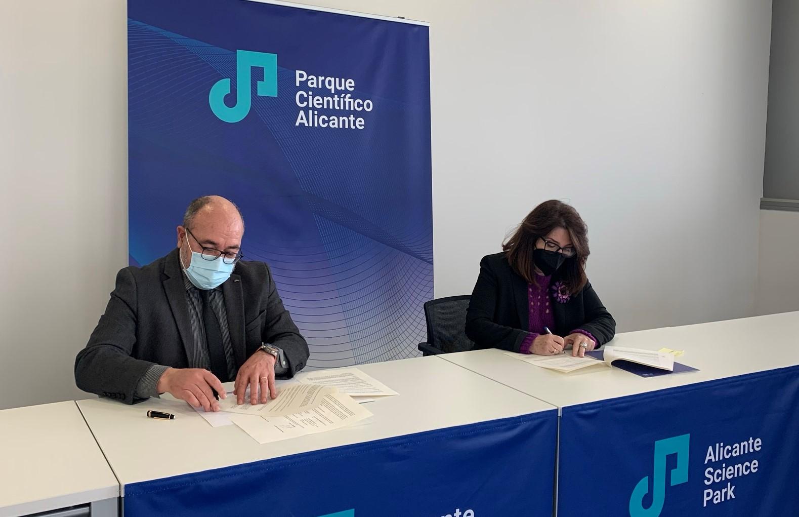 Amparo Navarro, rectora de la Universidad de Alicante (UA) y presidenta de la Fundación Parque Científico de Alicante (PCA) y Pablo Escribá, CEO de Laminar Pharmaceuticals, S.A., firman el contrato.